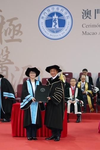 社會文化司司長譚俊榮向澳門醫學專科學院協調員林韻玲醫生頒授院士證書