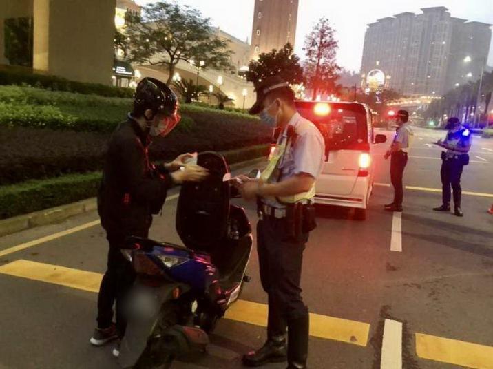 警方進行查車行動