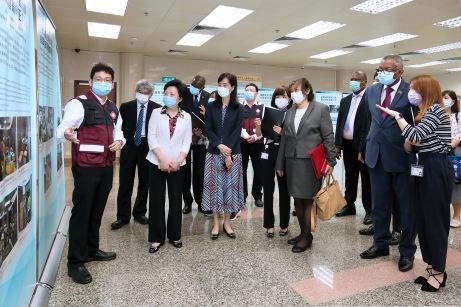 中國國際應急醫療隊(澳門)代表向主要嘉賓介紹圖片展內容