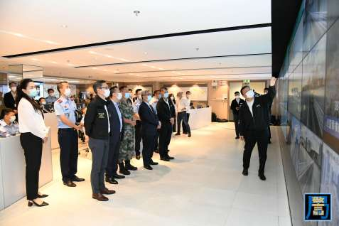 保安司司長黃少澤於演習期間到民防行動中心了解演習的具體情況及細節安排 (1)