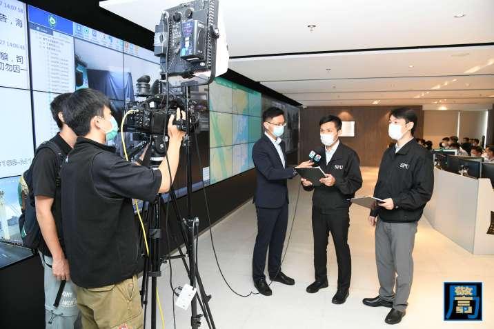 民防行動中心模擬透過電視直播向市民傳递最新資訊