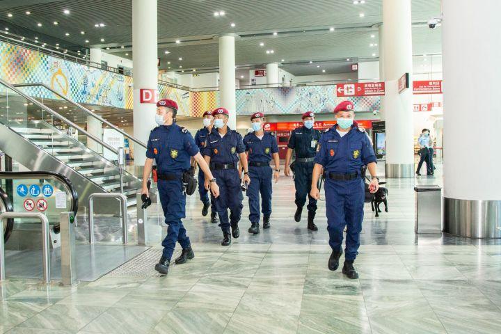 """澳門國際機場於2020年7月23日下午舉行""""2020機場保安演習-炸彈威脅"""",擬在客運大樓進行寄艙行李安檢時發現可疑爆炸品後,即時啟動機場緊急應變計劃處理事件。"""