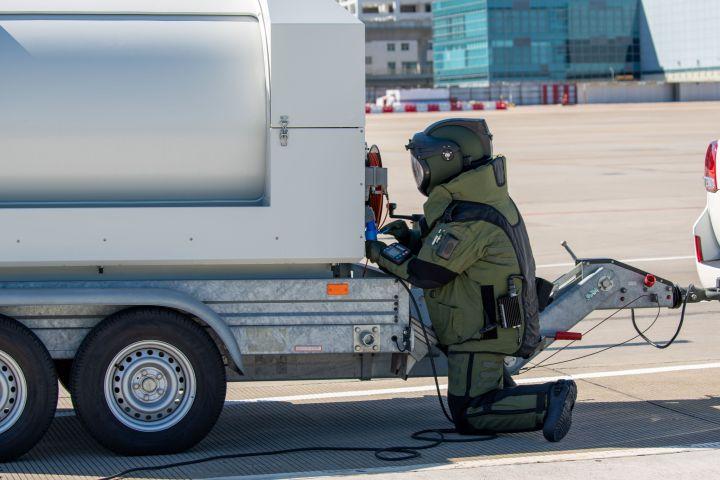 爆炸品處理組把爆炸品移至機場南面防護區進行摧毀。