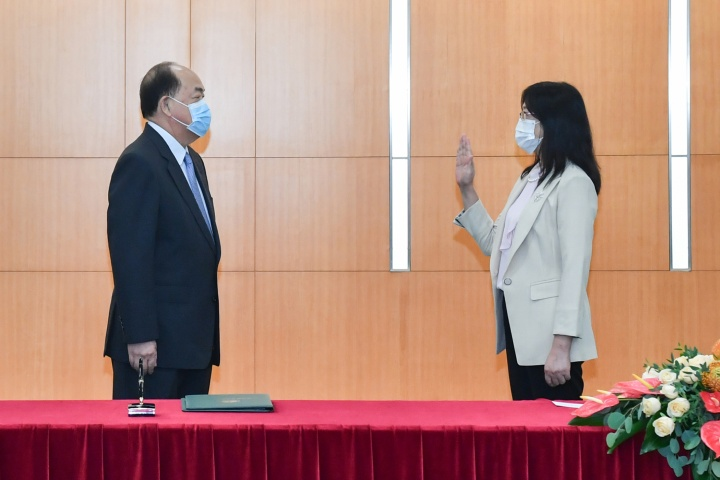 行政長官賀一誠主持新聞局局長陳露的就職儀式