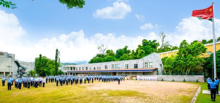保安高校內升起國旗及區旗