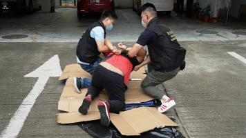其中一名劫匪被刑偵人員截獲