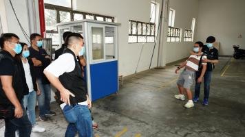 劫匪持刀脅持學生