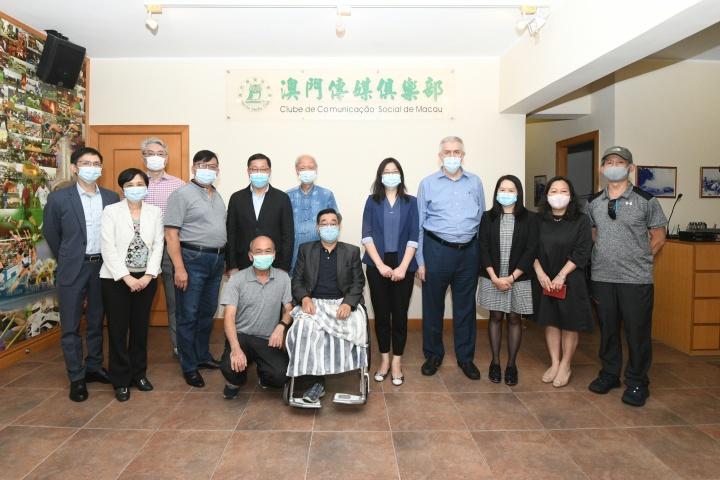 新聞局局長陳露(右五)與澳門傳媒俱樂部會員大會主席余榮讓(右六)、理事長張志承(左四)等合照。
