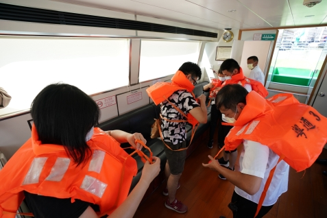 模擬乘客穿上救生衣逃生